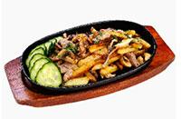 жареный картофель со свининой и грибами