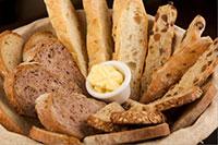 блюдо с хлебом насущным