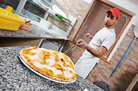 Повар готовит заказ пиццы